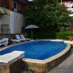 Открытый бассейн с подогревом и шезлонгами - Частный пансионат «Леман»